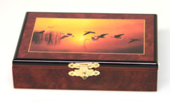 coffret de jeu en bois laqué avec peinture et 2 jeux de 52 cartes à jouer pour poker belote 421 black jack motif envolée oies sauvages