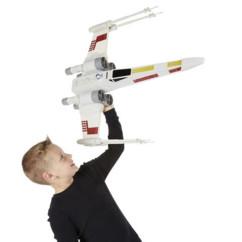 garcon avec modèle réduit de x wing star wars géant 70 cm