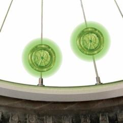 2 Mini LED vertes fixées sur les rayons d'un vélo.