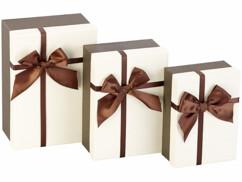 3 paquets-cadeaux avec boucle brune