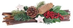 décoration de table hiver et noel avec fagot de bois pomme de pin étoiles et branche de houx