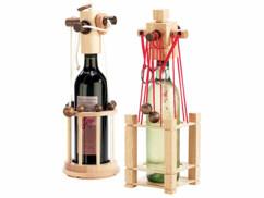 Deux casse-têtes en bois pour bouteille de vin.