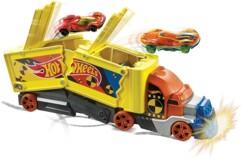 Camion transporteur avec projection de voitures en cas de choc par Hotwheels